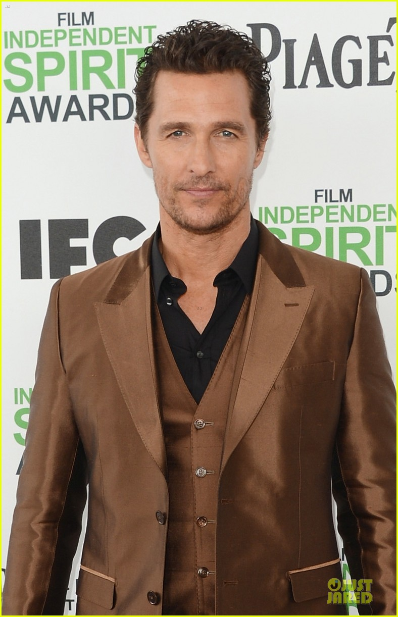 matthew mcconaughey sports flashy brown suit at independent spirit awards with camila alves 02