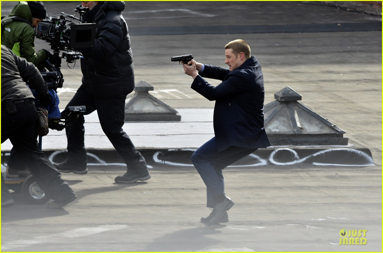 ben mckenzie pulls out a gun for gotham 033073526