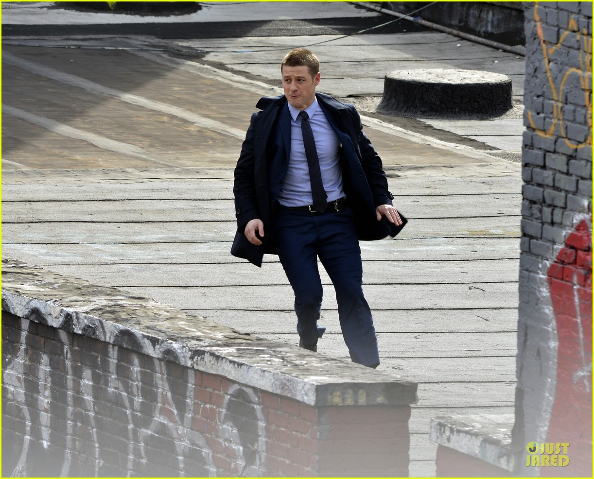 ben mckenzie pulls out a gun for gotham 06