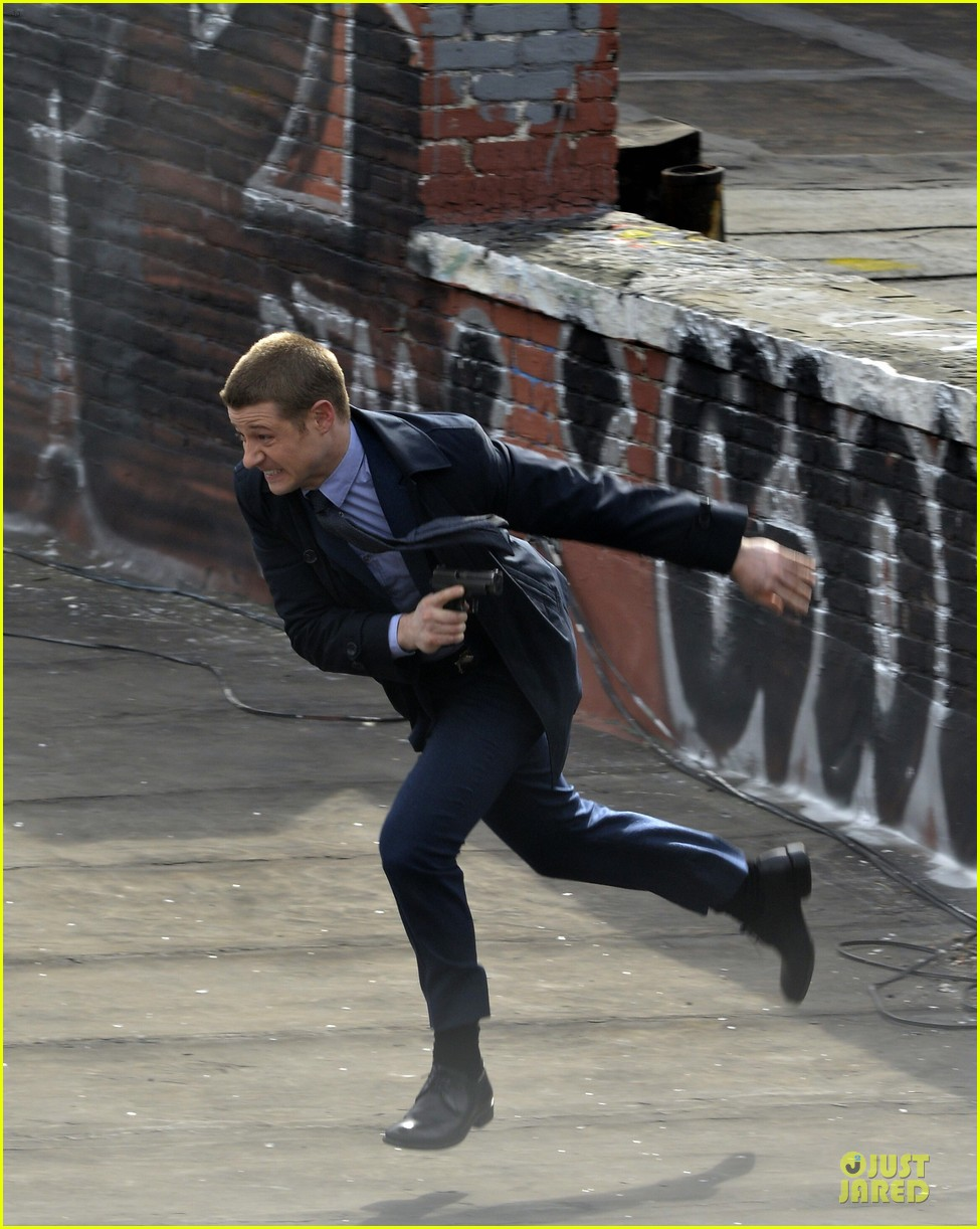 ben mckenzie pulls out a gun for gotham 11