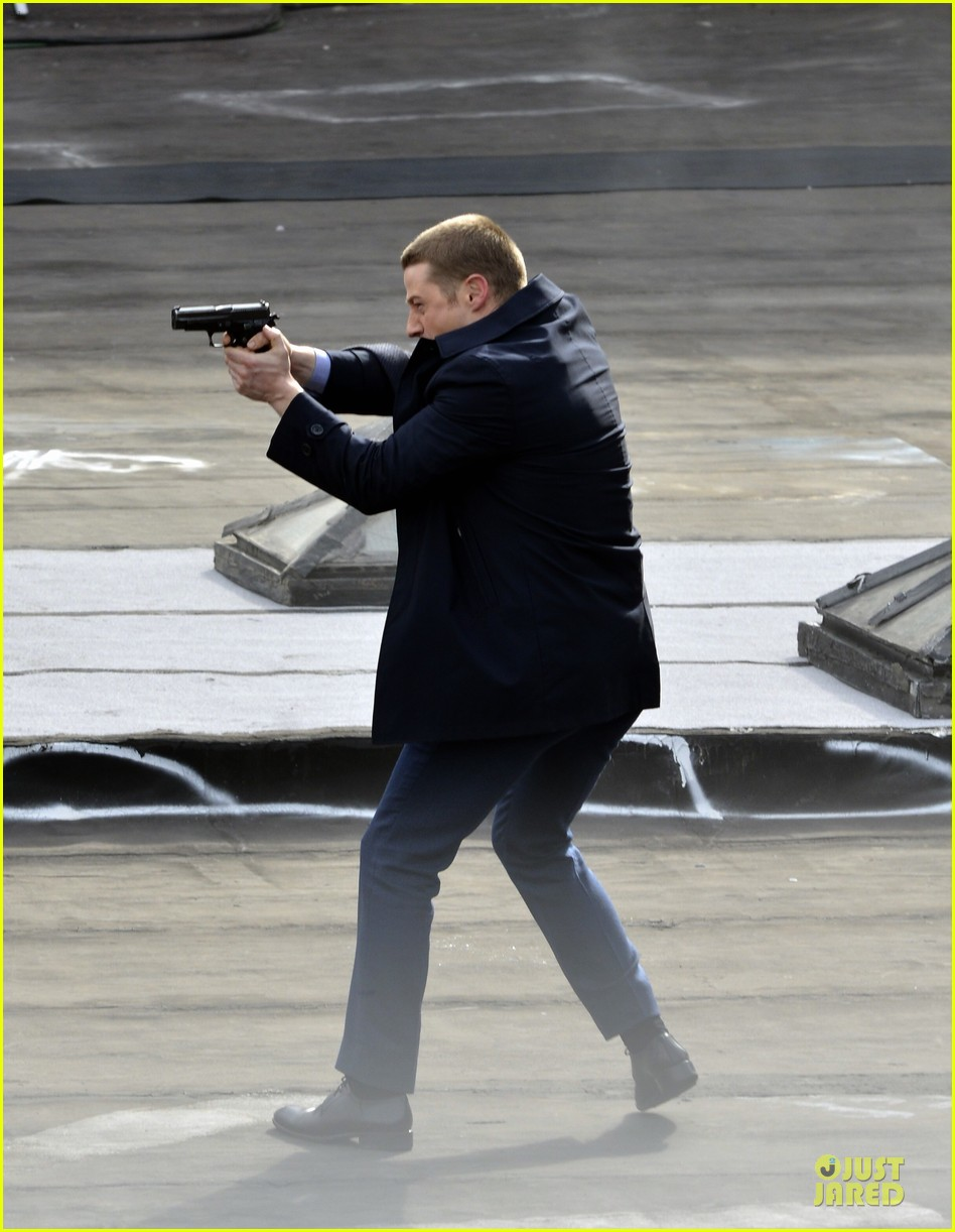 ben mckenzie pulls out a gun for gotham 123073535