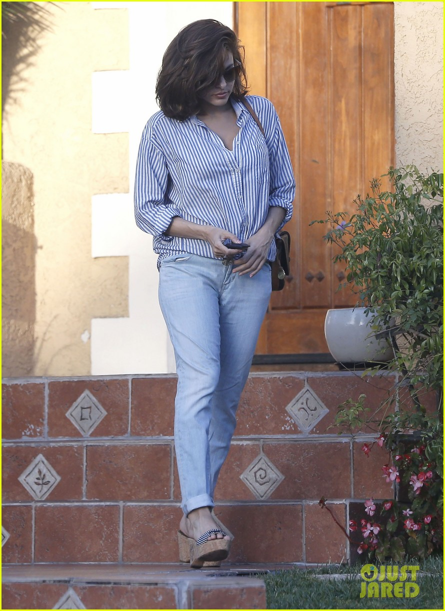 eva mendes visits a friend weho 07