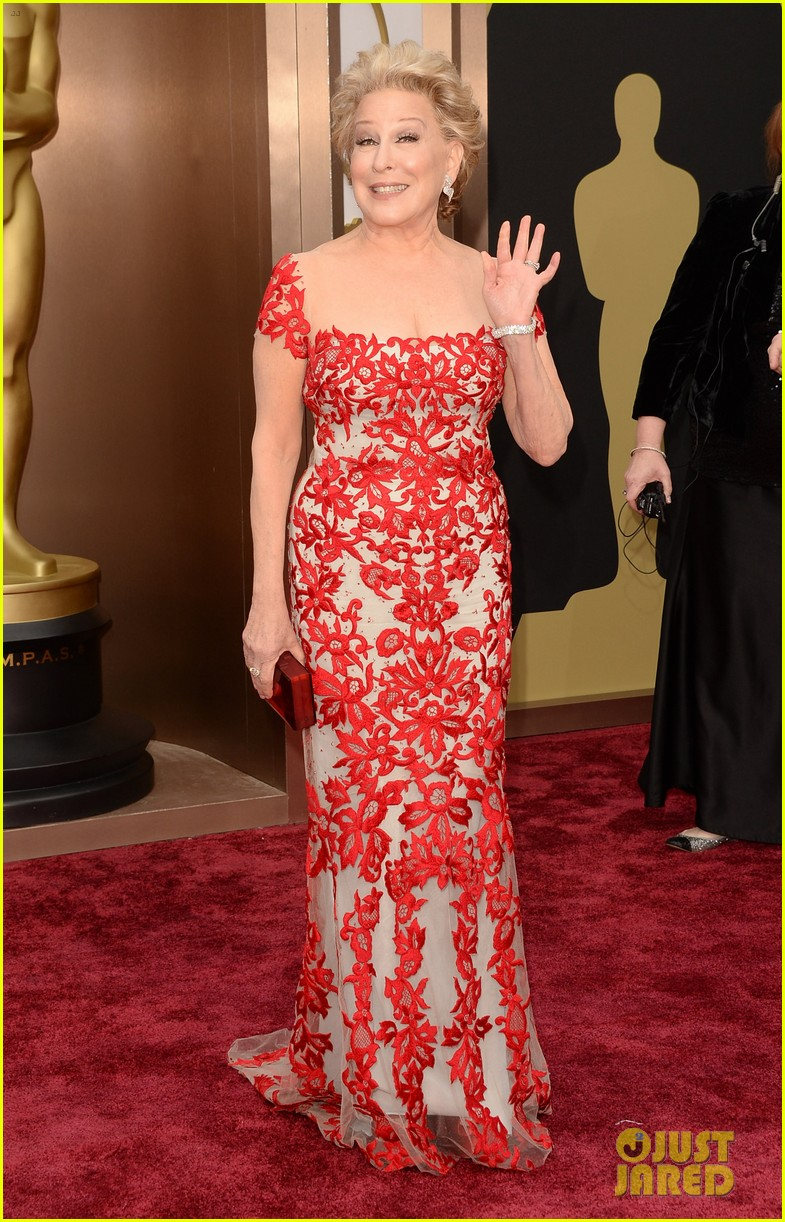 bette midler walks carpet before first oscars performance ever 033063958