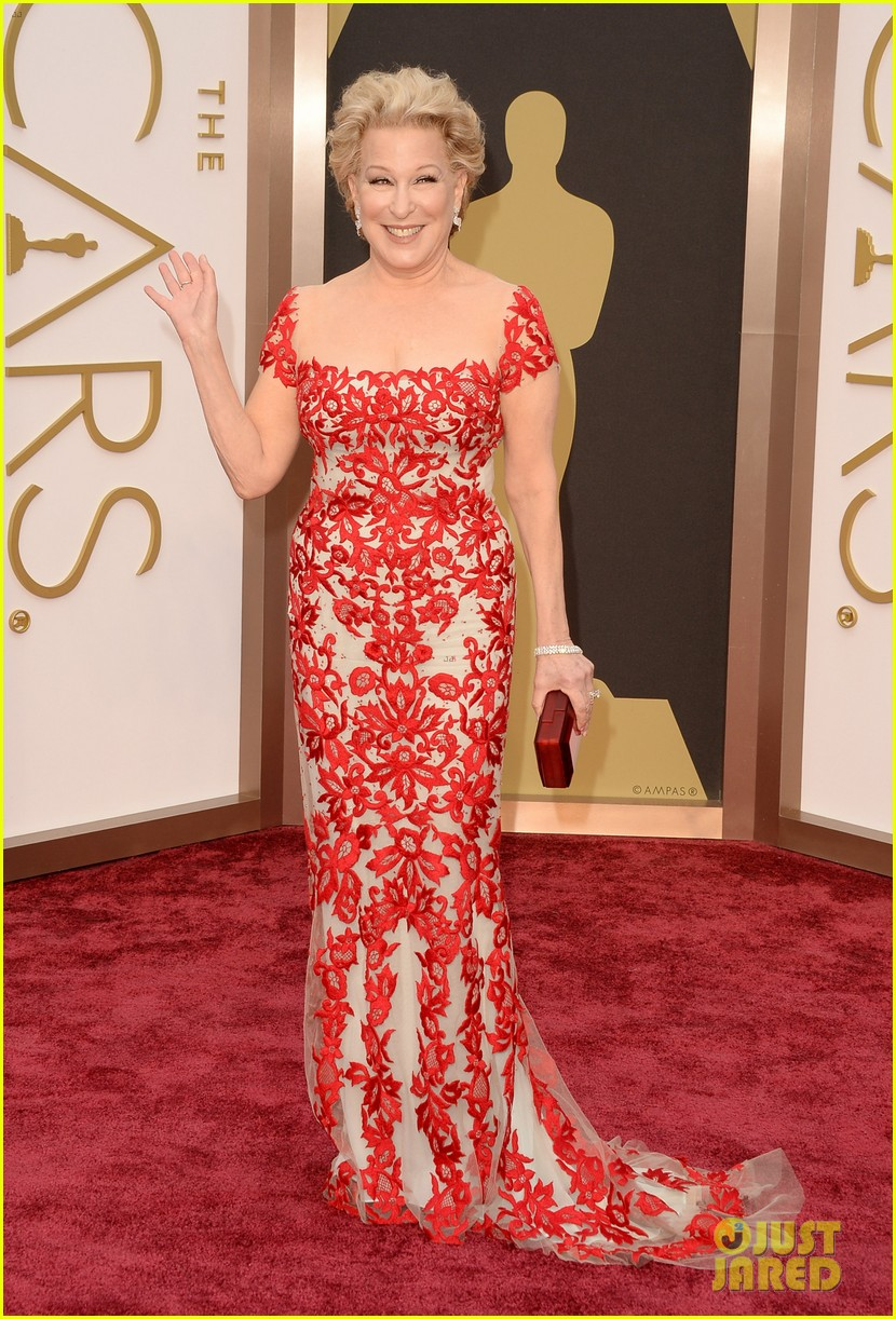 bette midler walks carpet before first oscars performance ever 043063959