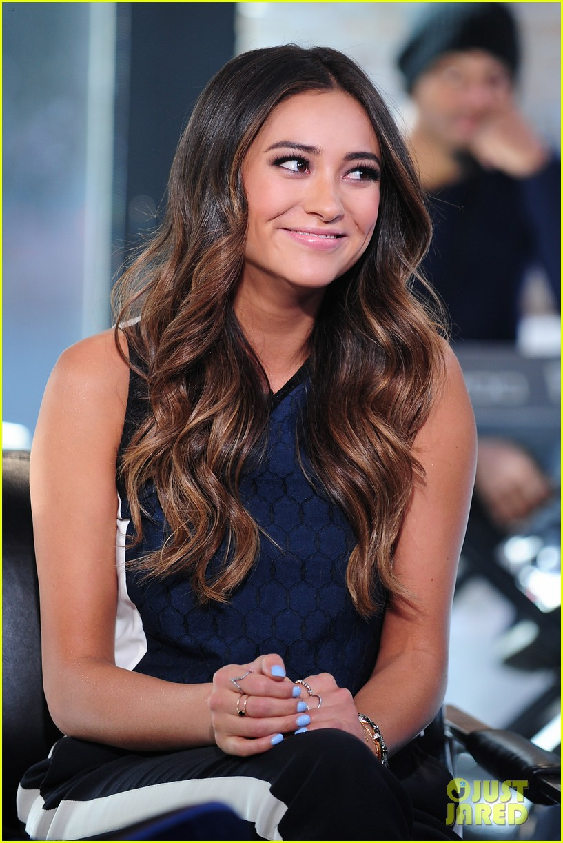 shay mitchell is very careful while live tweeting pretty little liars 09