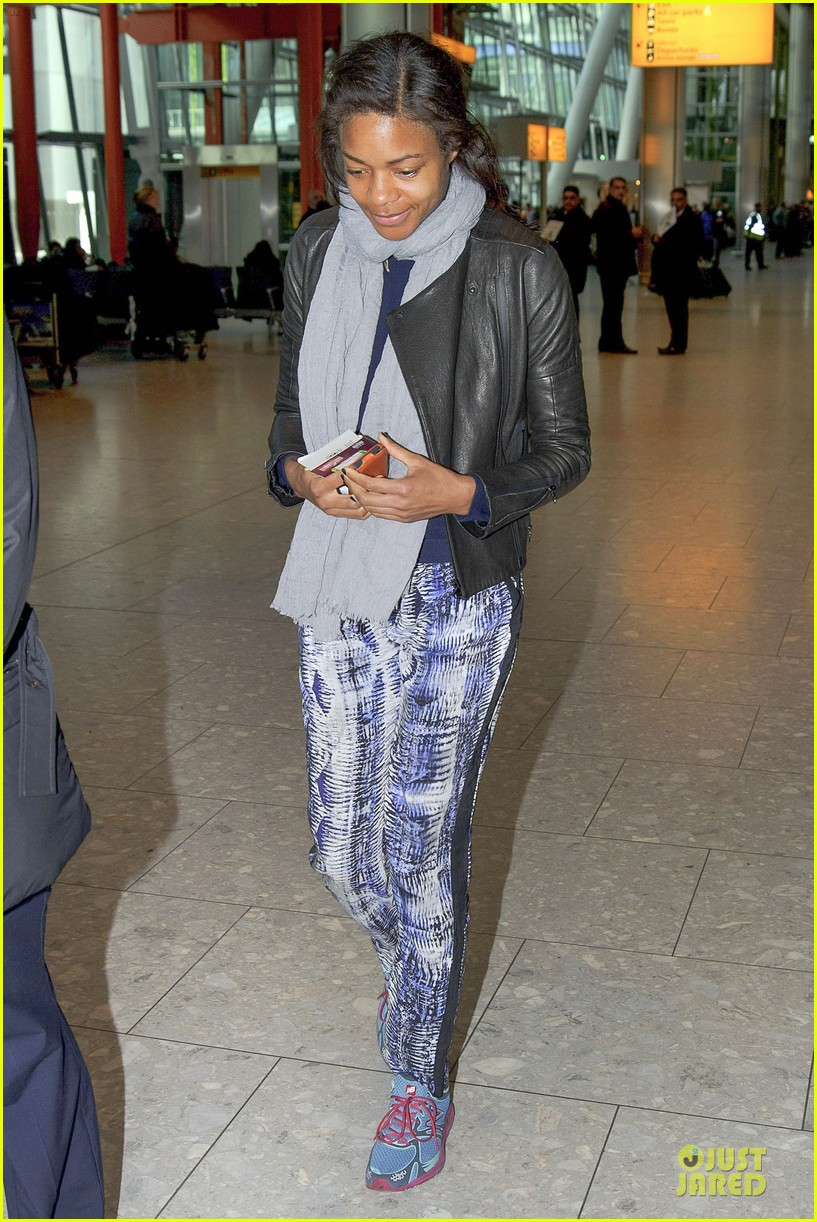 naomie harris is flawless without makeup at heathrow airport 073066150