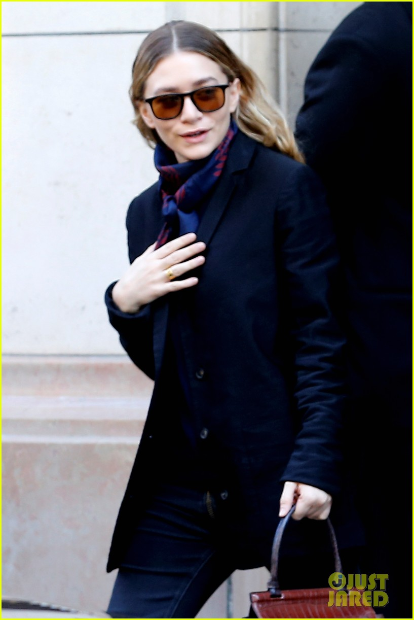 ashley olsen leads the way to louis vuitton mary kate her huge rock follow behind 04