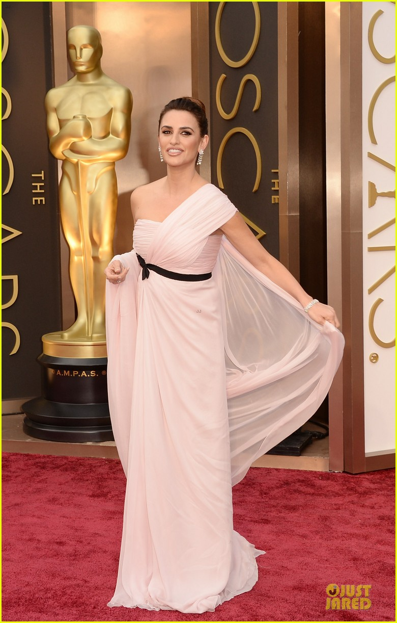 penelope cruz gorgeously flows on oscars 2014 red carpet 013063911