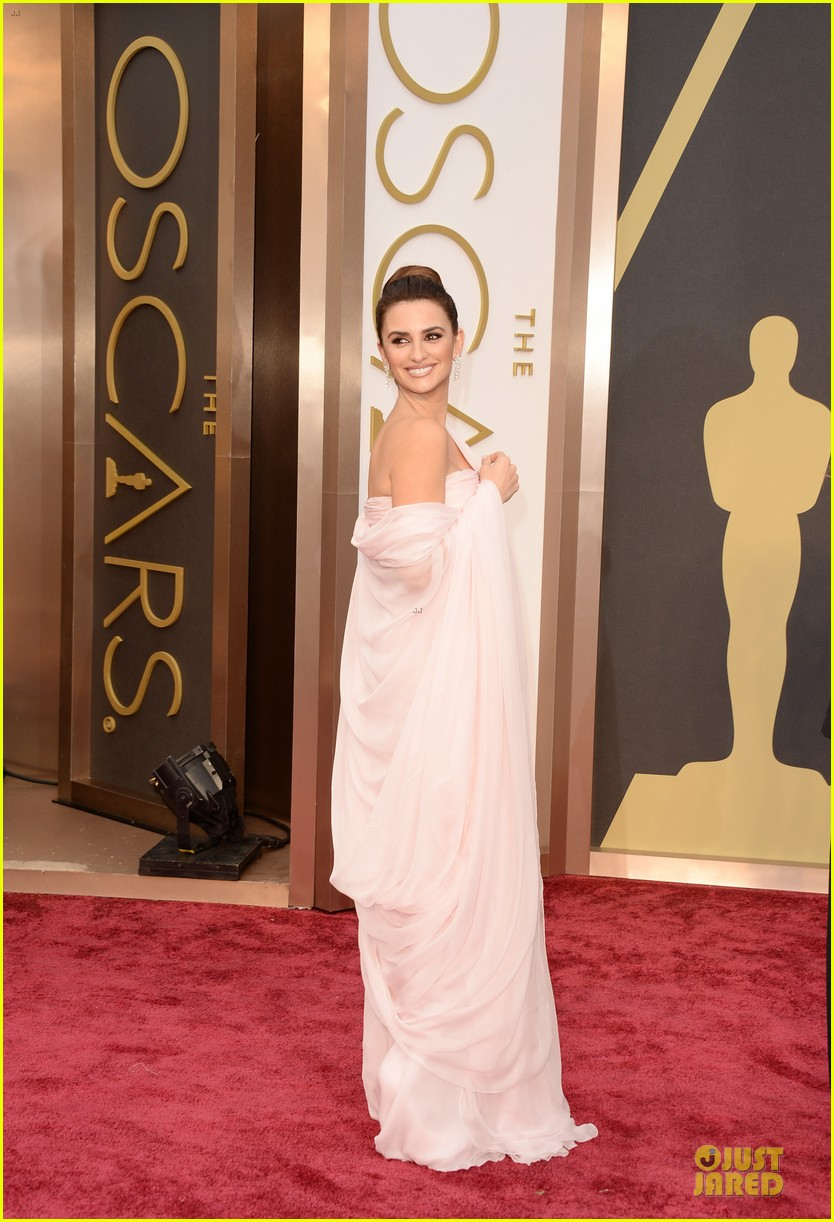 penelope cruz gorgeously flows on oscars 2014 red carpet 05