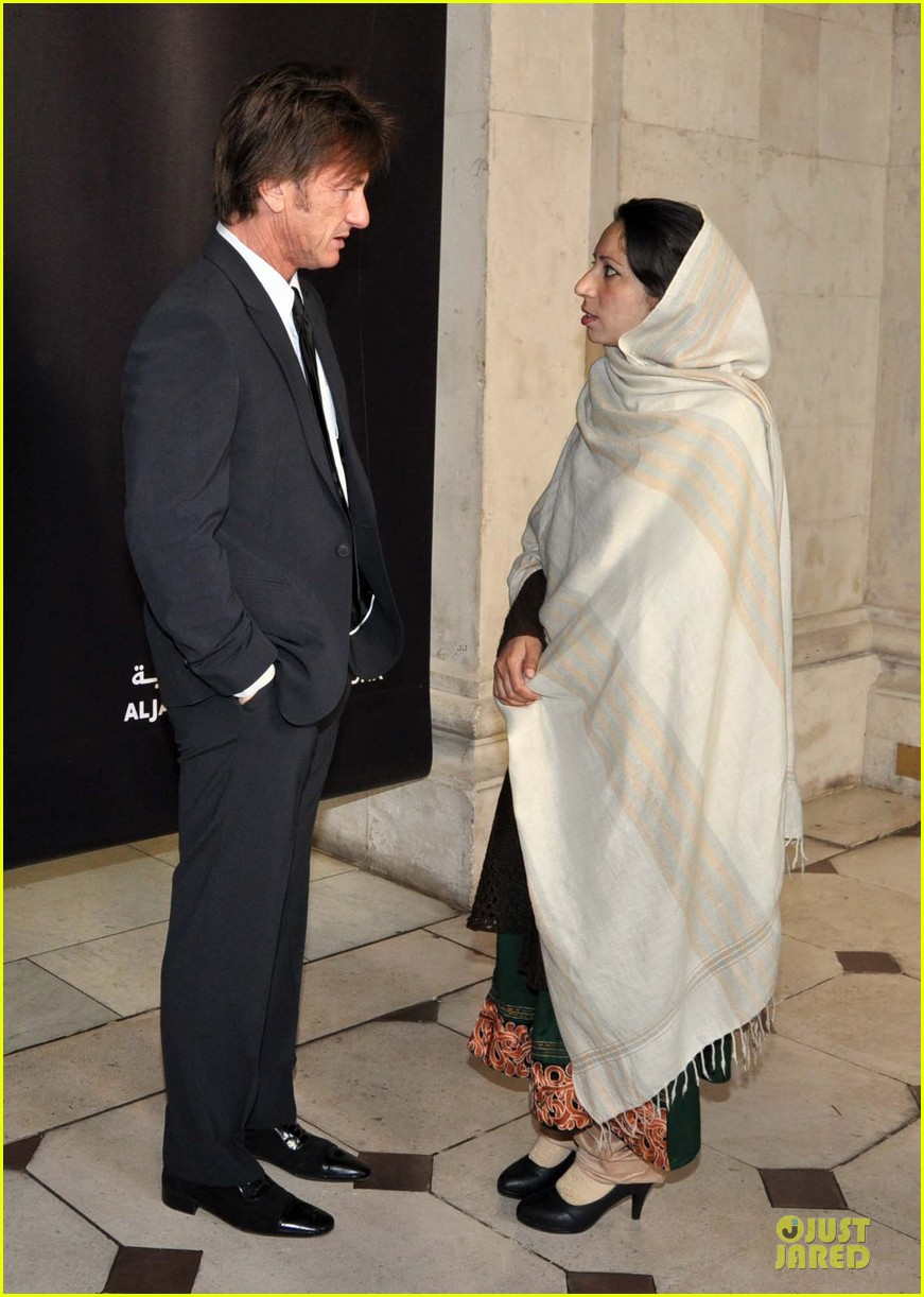 sean penn give special honor to noorzia faridi in dublin 05