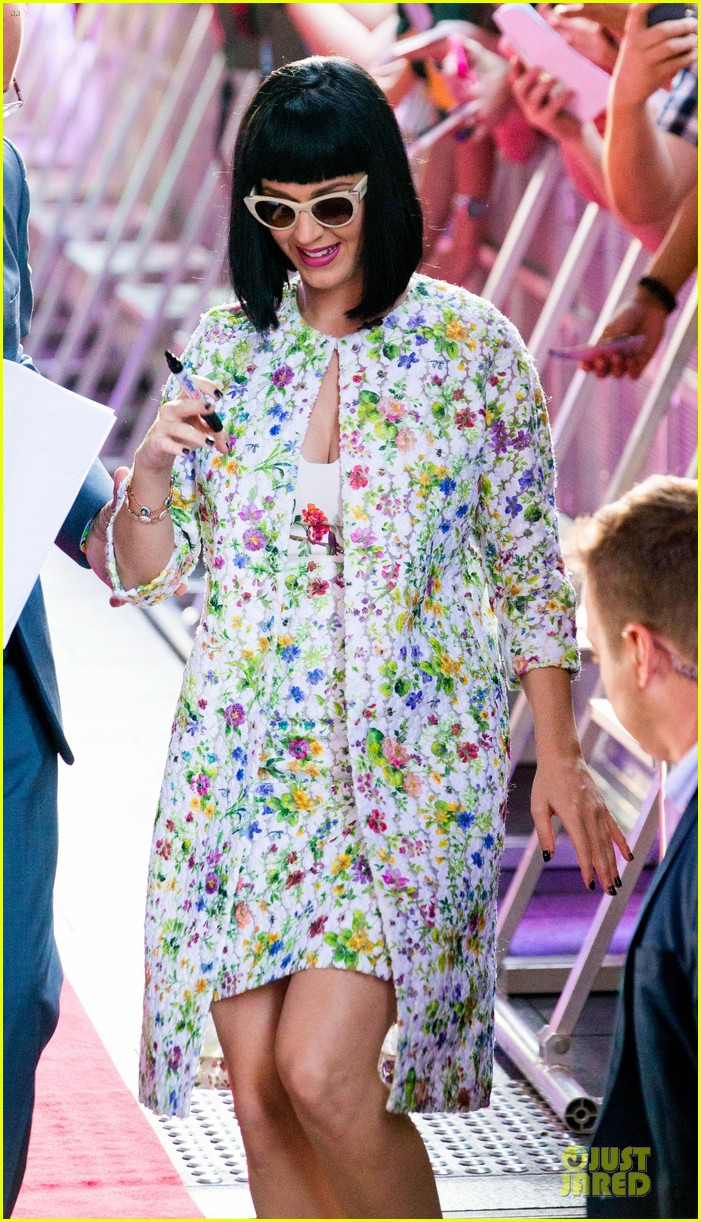 katy perry excites australian fans with her colorful spirit 03
