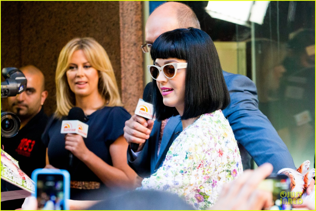 katy perry excites australian fans with her colorful spirit 09