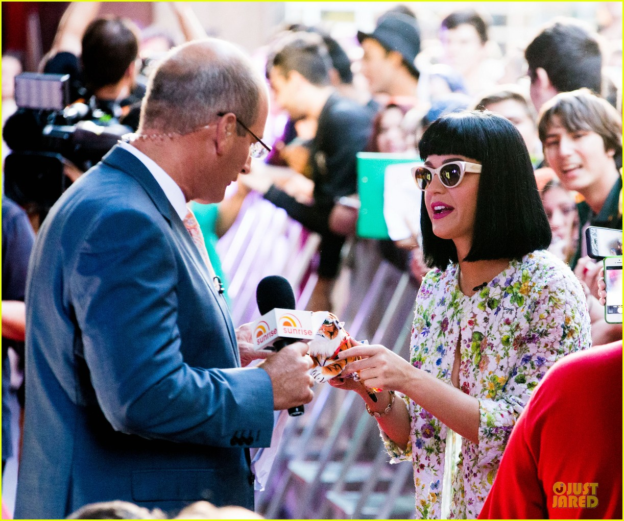 katy perry excites australian fans with her colorful spirit 17