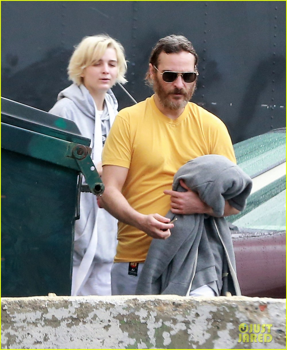 joaquin phoenix allie teilz take karate class on oscar sunday 08