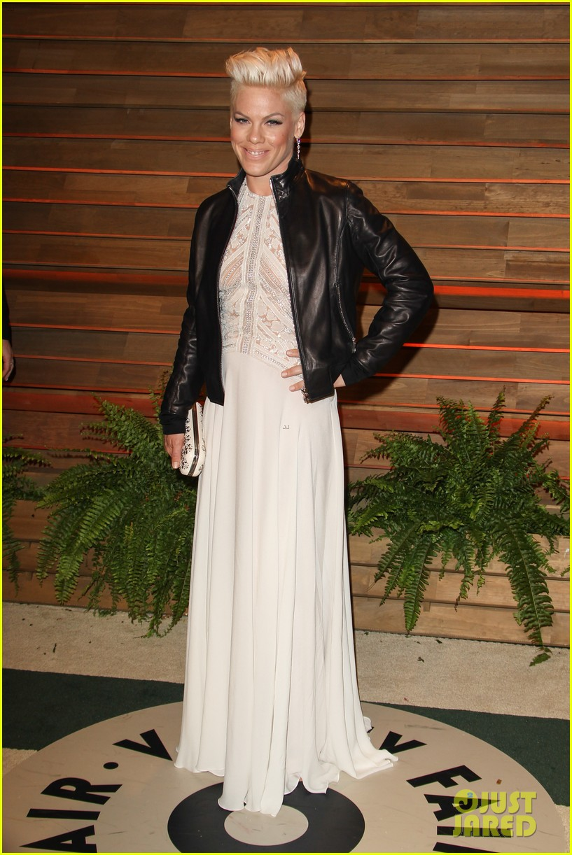 pink attends the vanity fair oscars party 2014 after performing 01