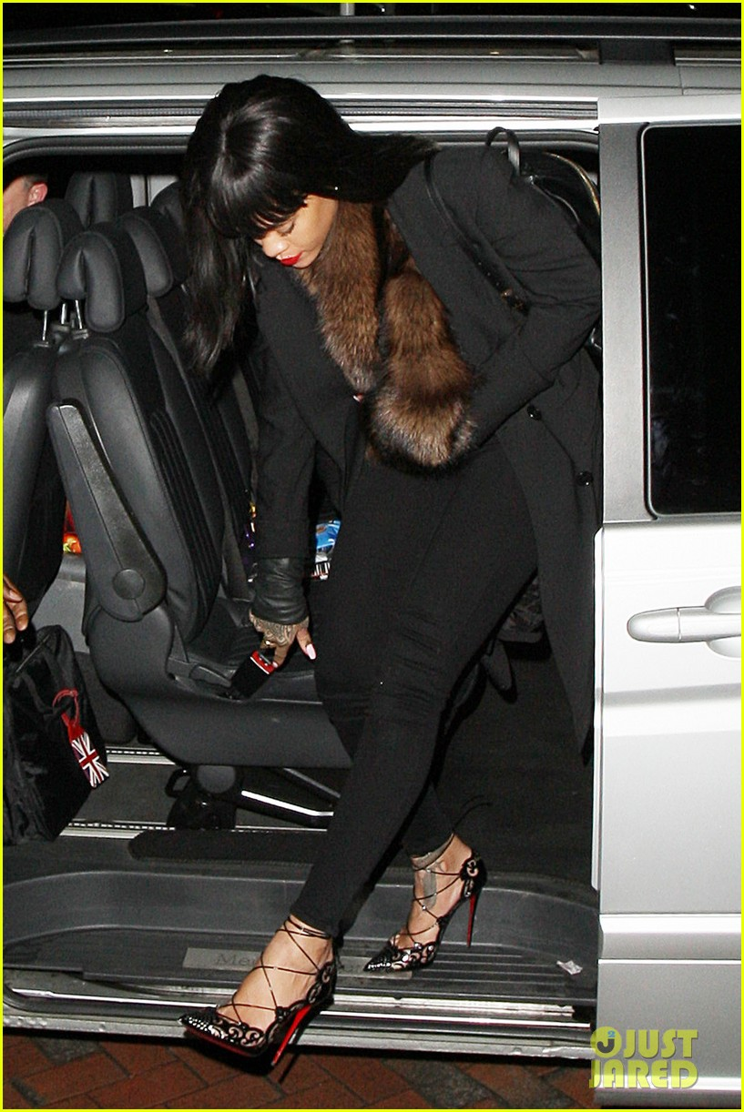 rihanna drake spotted holding hands on video 09