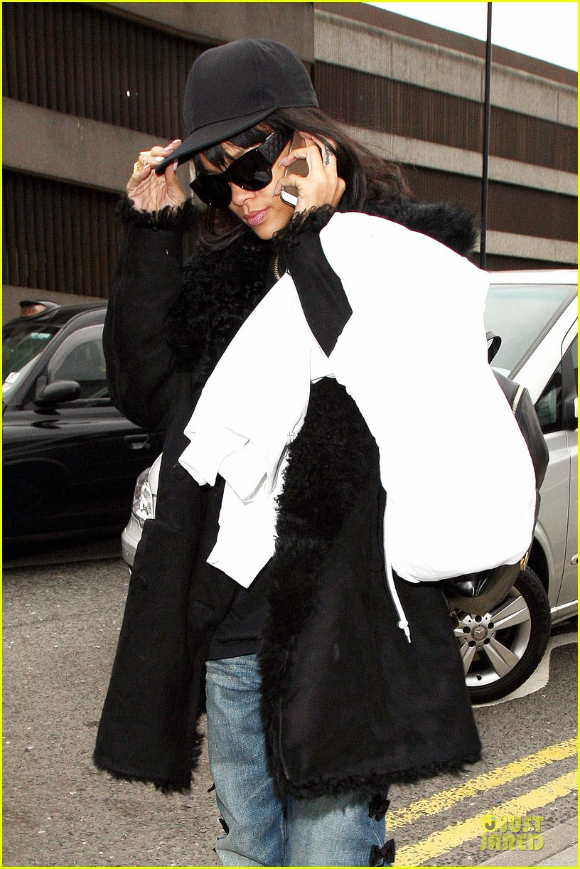 rihanna departs manchester after cozy dinner with drake 233072062