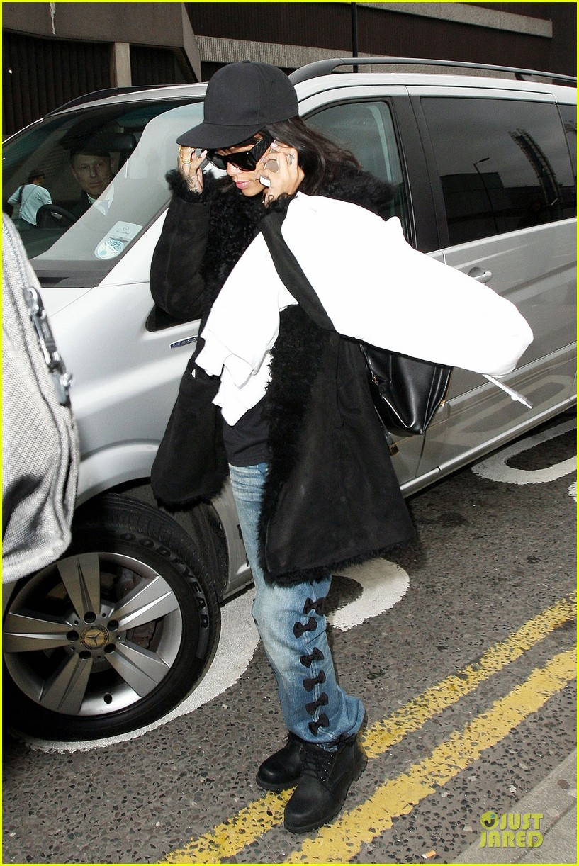 rihanna departs manchester after cozy dinner with drake 36