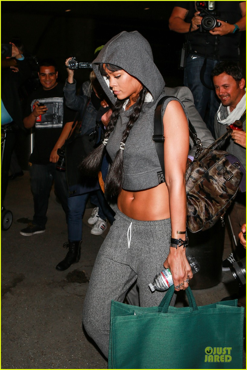 rihanna toned tummy at lax airport 053080958