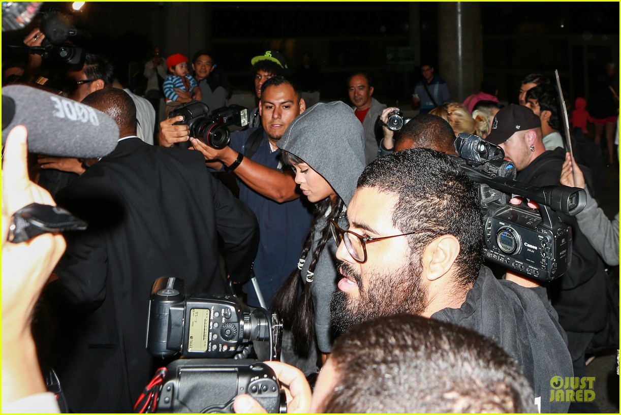 rihanna toned tummy at lax airport 10