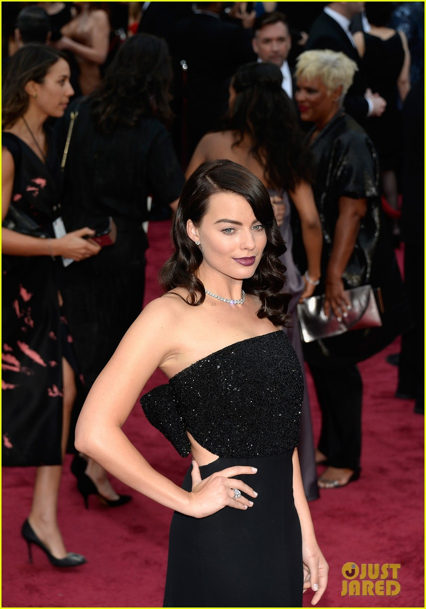 margot robbie debuts new brunette hair at oscars 2014 07