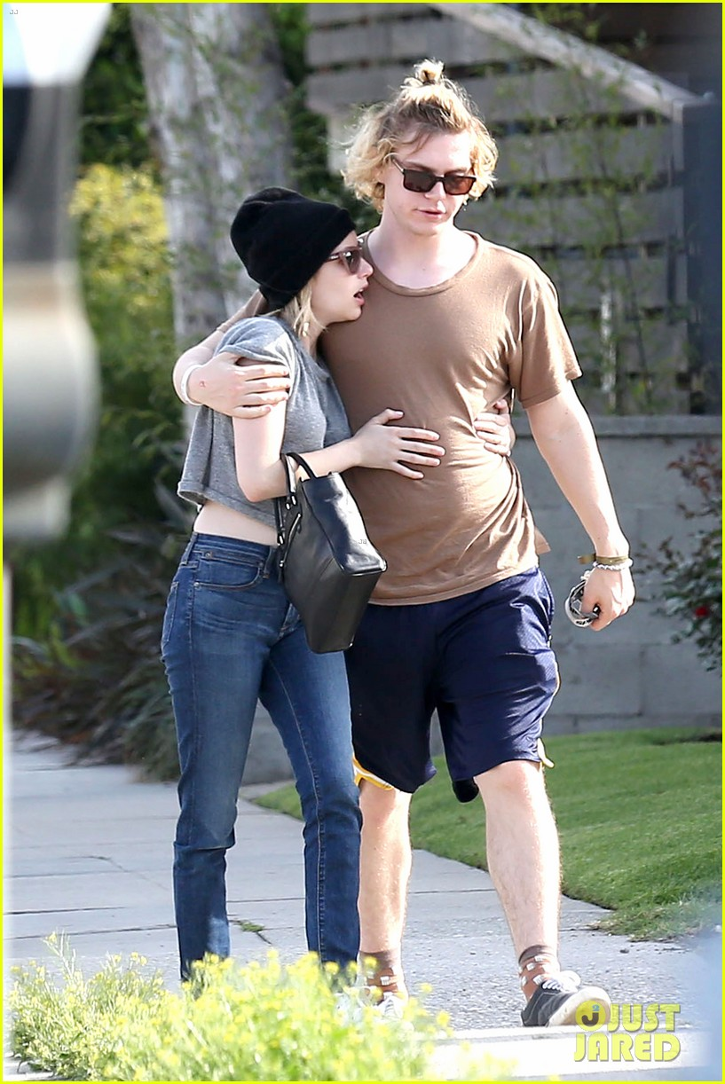 emma roberts evan peters cozy up after sunday lunch 05