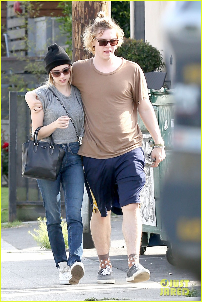 emma roberts evan peters cozy up after sunday lunch 07