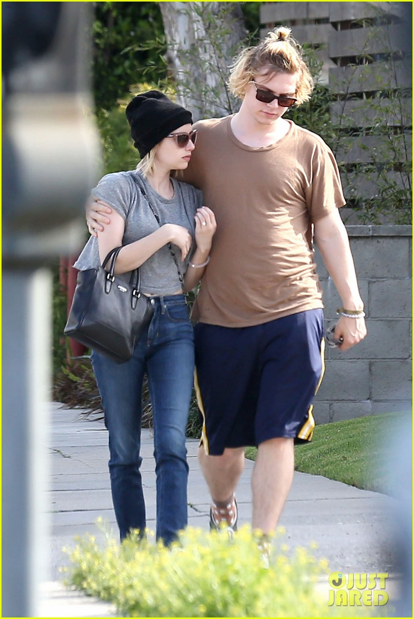 emma roberts evan peters cozy up after sunday lunch 11