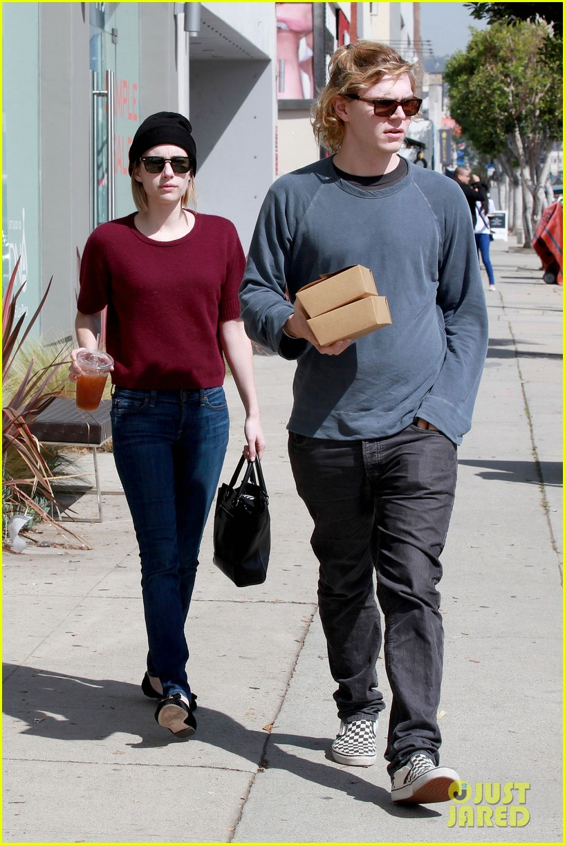 emma roberts engagement ring is the perfect accessory for outing with evan peters 17