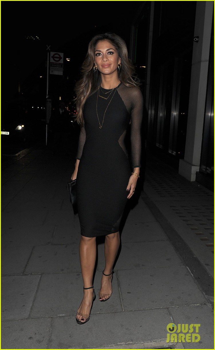 nicole scherzinger promotes new clothing line poses with her own advertisements 12