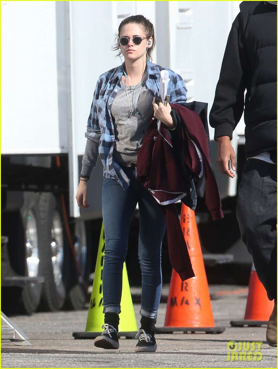 kristen stewart keeps her jacket off on the still alice set 033074122