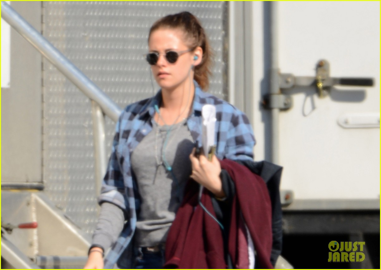 kristen stewart keeps her jacket off on the still alice set 04