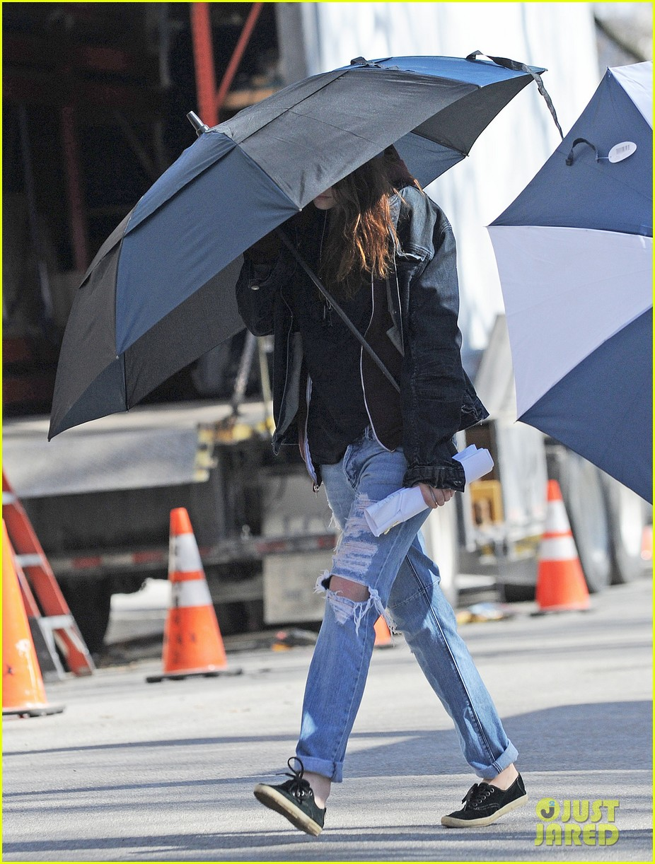 kristen stewart shields herself umbrella 08