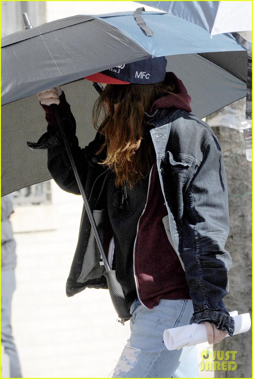 kristen stewart shields herself umbrella 17