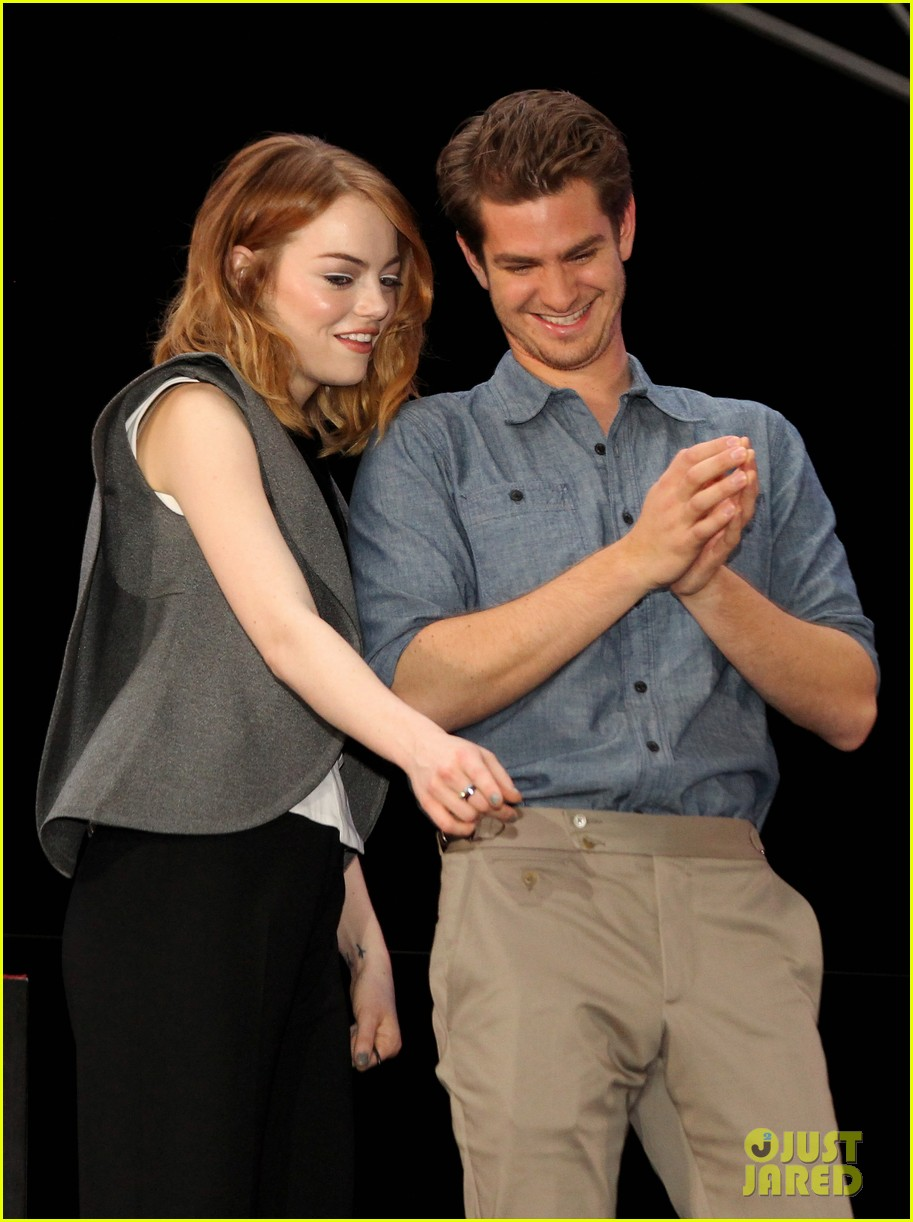emma stone andrew garfield hold hands at earth hour kick off 04