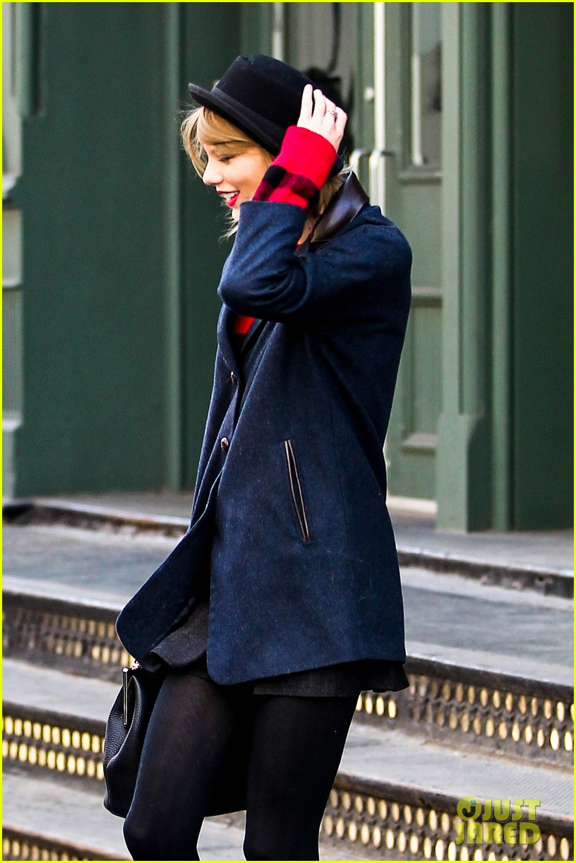 taylor swift holds onto her hat before it flies off her head 04