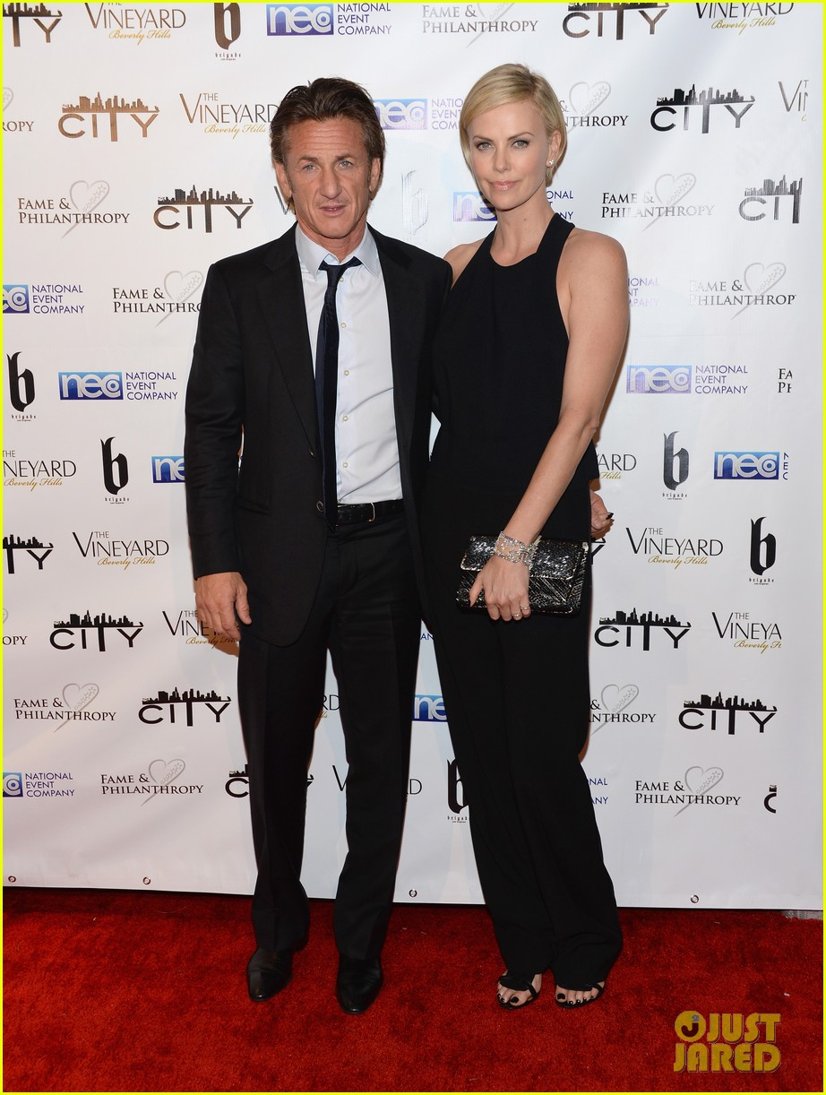 charlize theron sean penn walk first red carpet together at oscars 2014 party 09