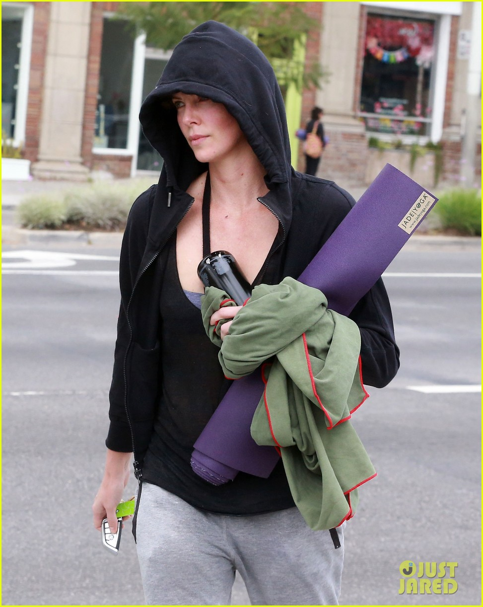 charlize theron always looks pretty even on a sunday morning after working out 02