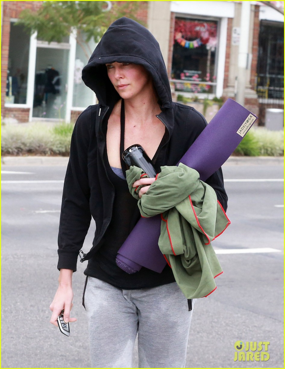 charlize theron always looks pretty even on a sunday morning after working out 18