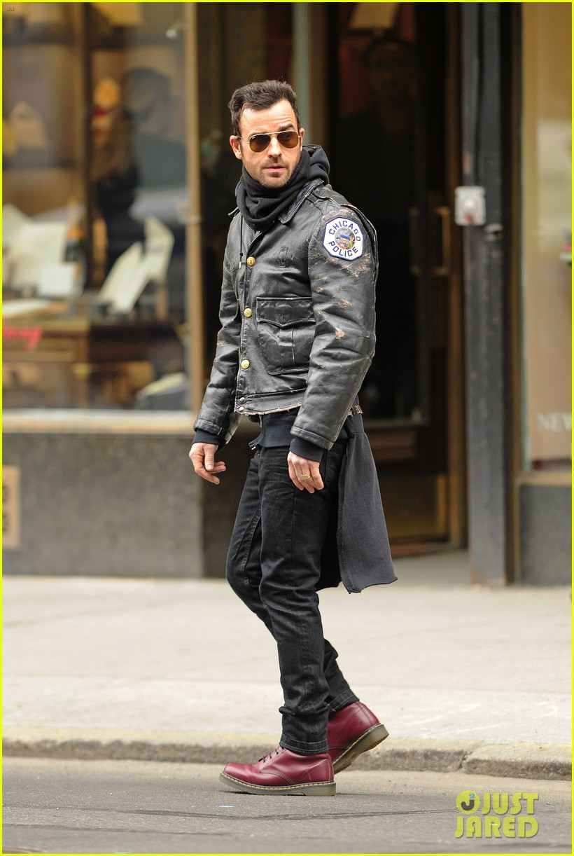 justin theroux stays warm in chicago police 013071066