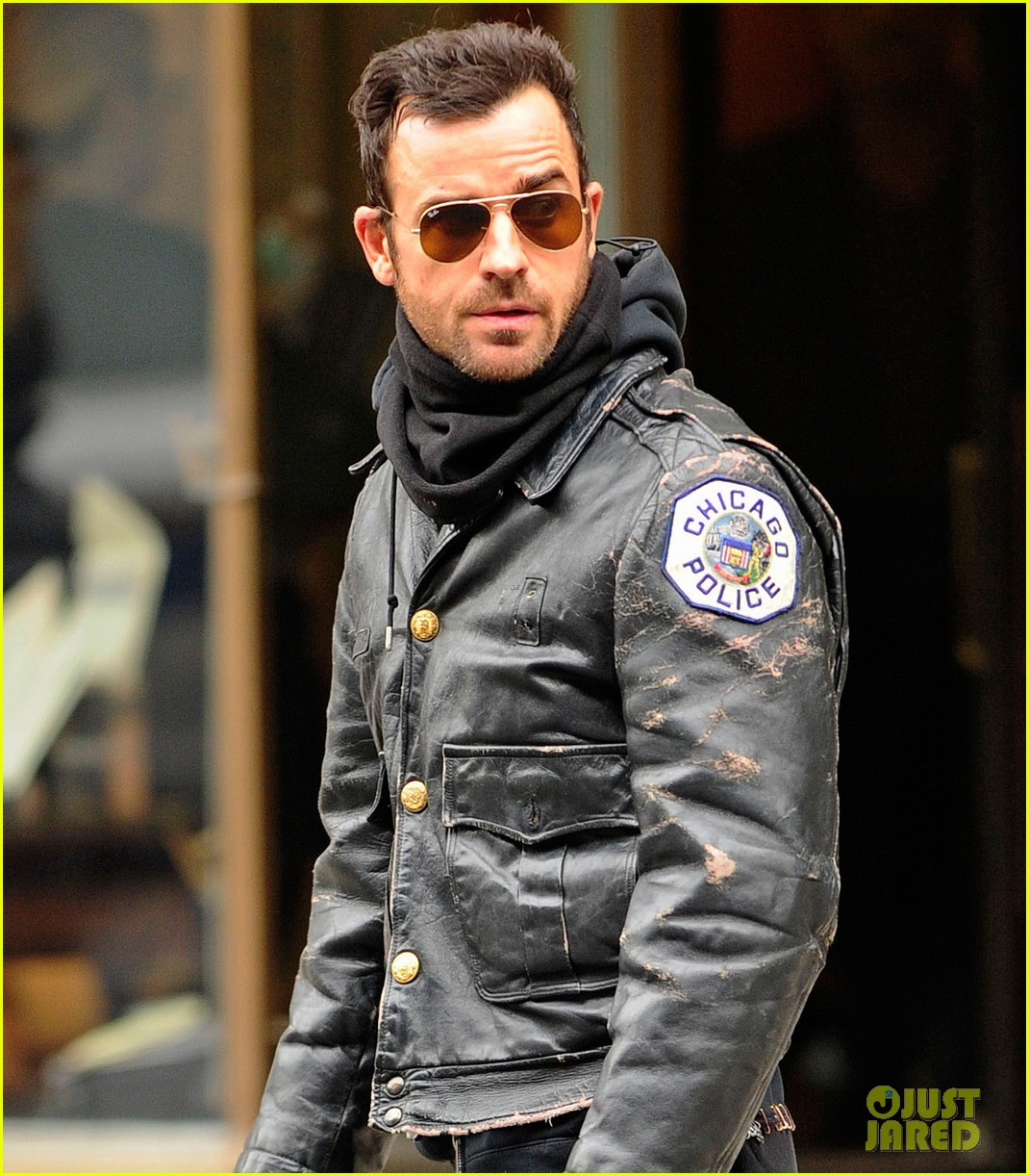 justin theroux stays warm in chicago police 05