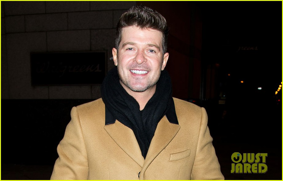 robin thicke continues to profess love for paula patton at his concerts 013066991