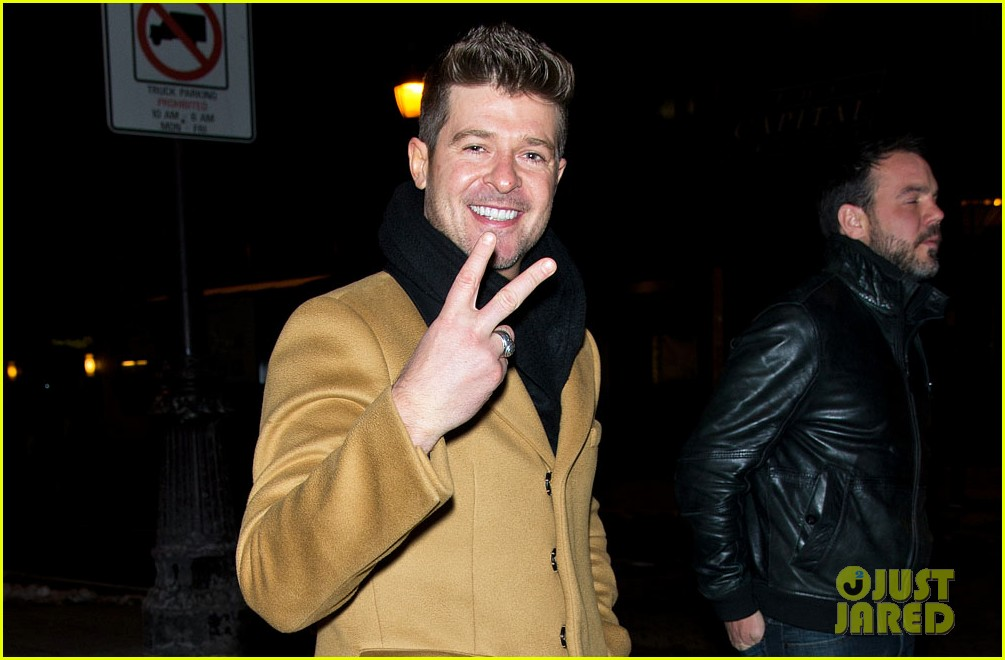 robin thicke continues to profess love for paula patton at his concerts 04