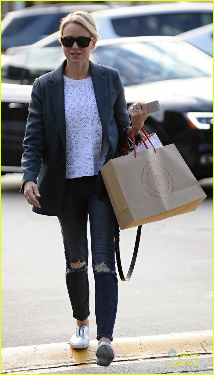 naomi watts trades glam for casual after oscars013068916