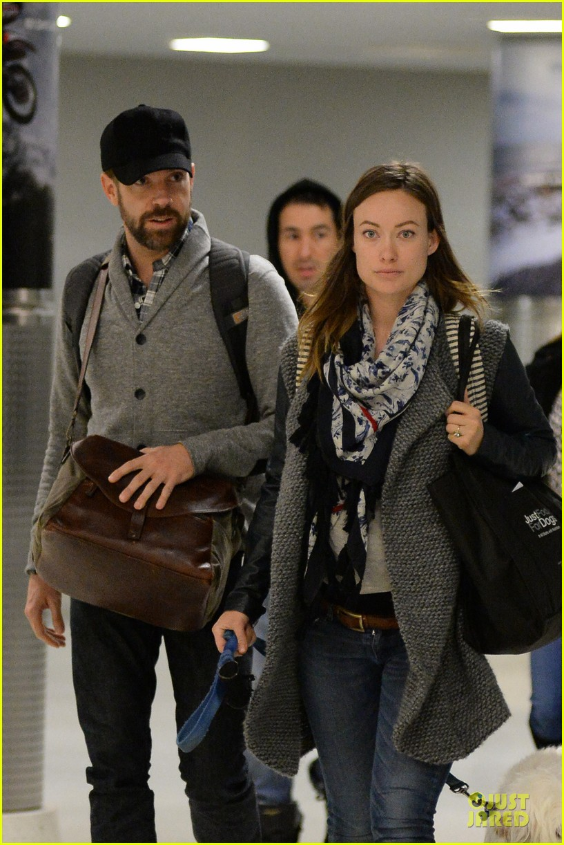 olivia wilde reduces pregnancy fatigue with jason sudeikis shoulder 023066260