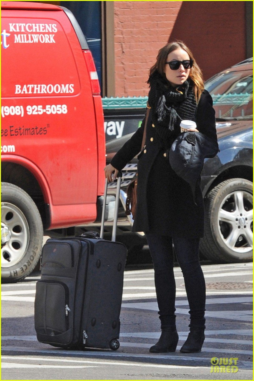 olivia wilde cant hide baby bump 01
