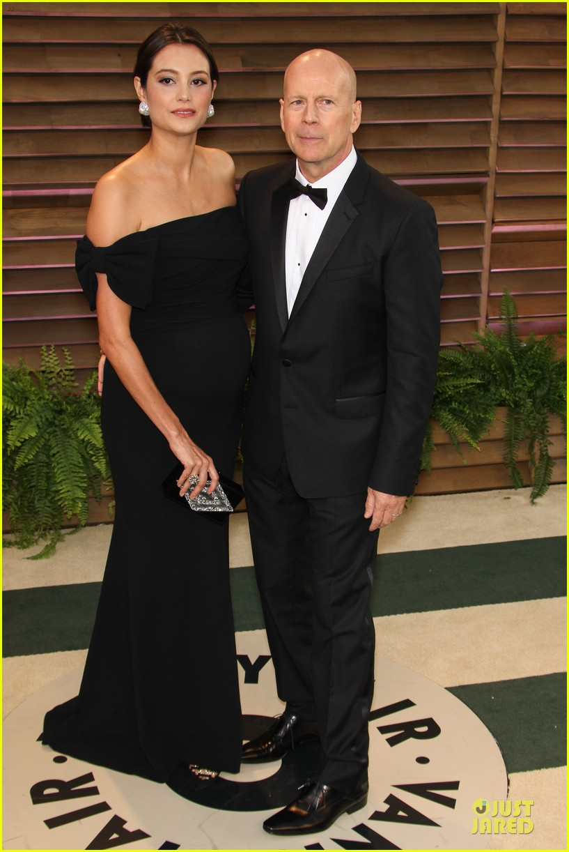 bruce willis cradles emma heming growing baby bump at vanity fair oscars party 2014 073064283