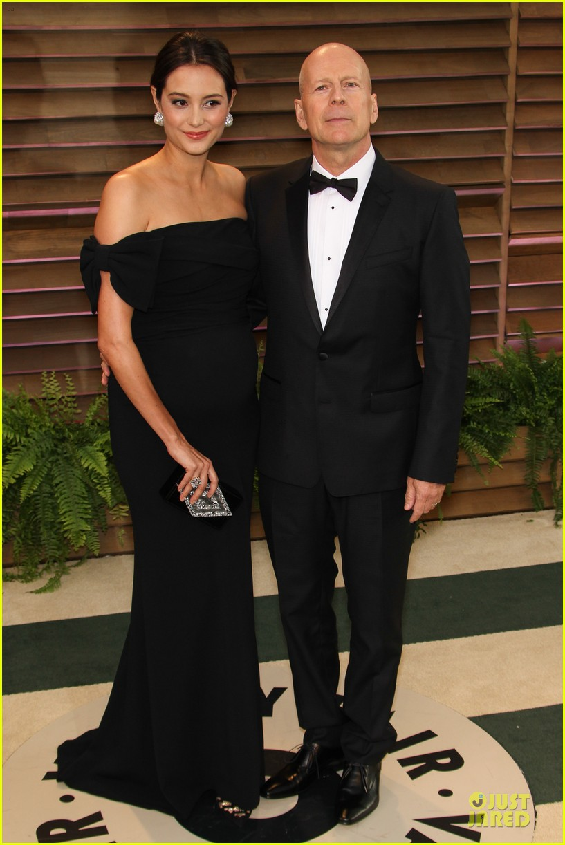 bruce willis cradles emma heming growing baby bump at vanity fair oscars party 2014 08