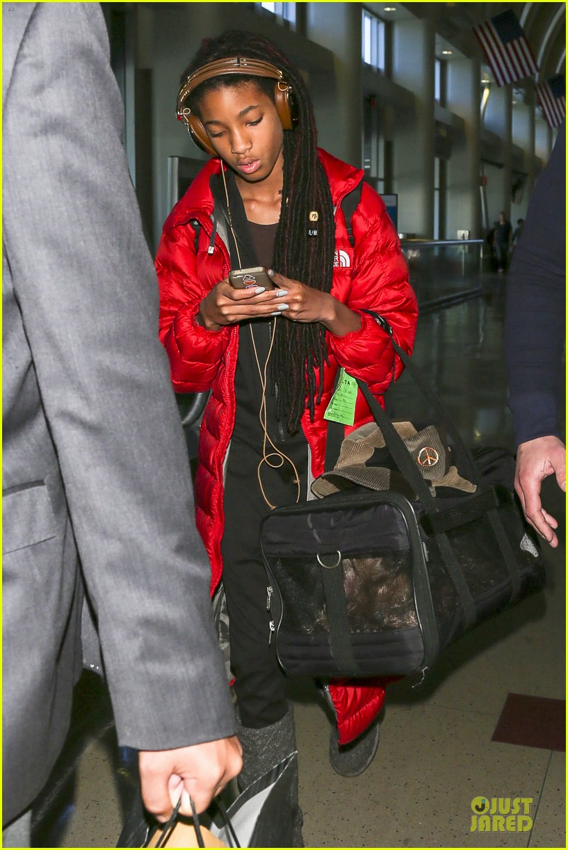 willow smith dreadlocks at lax airport 03