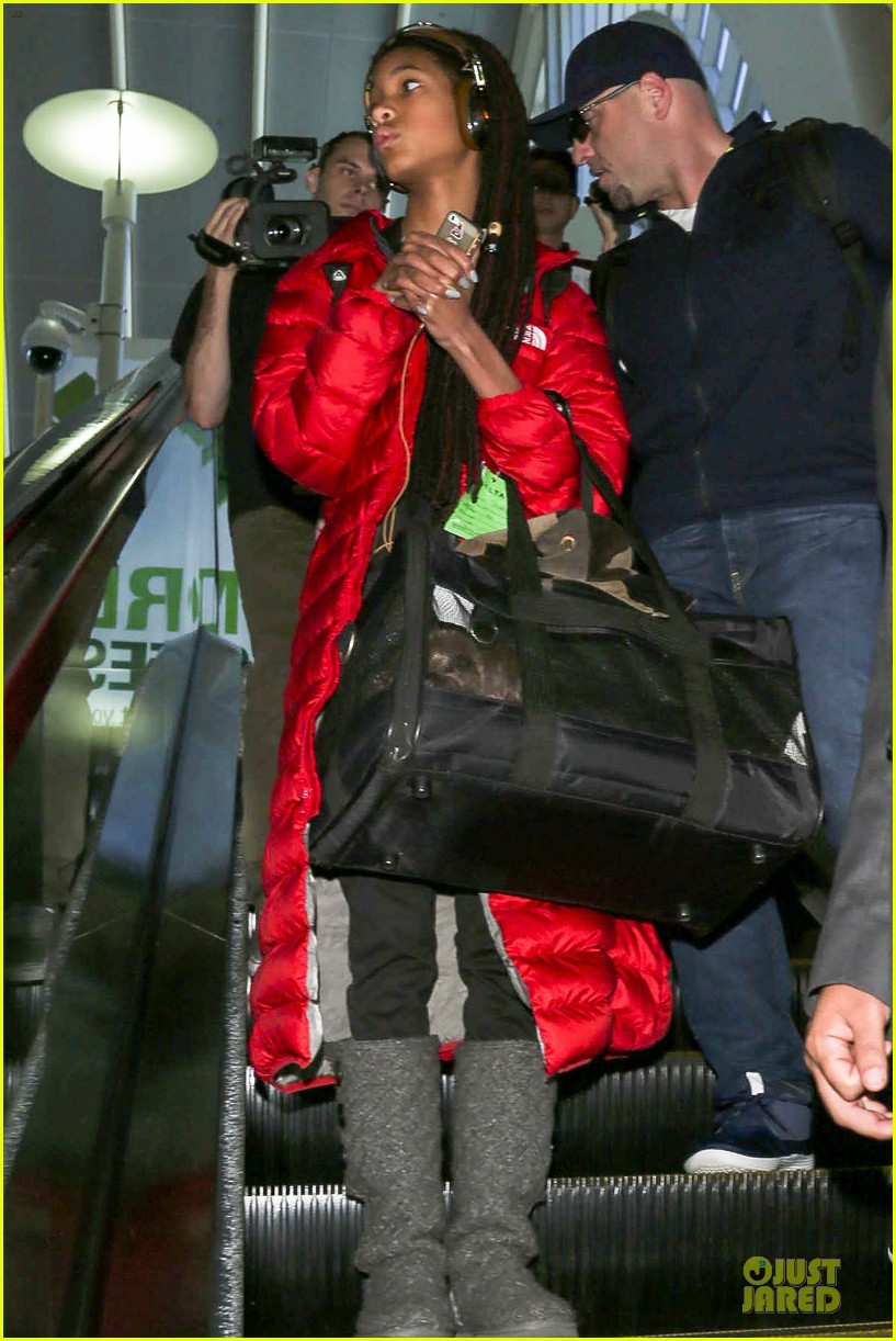 willow smith dreadlocks at lax airport 09